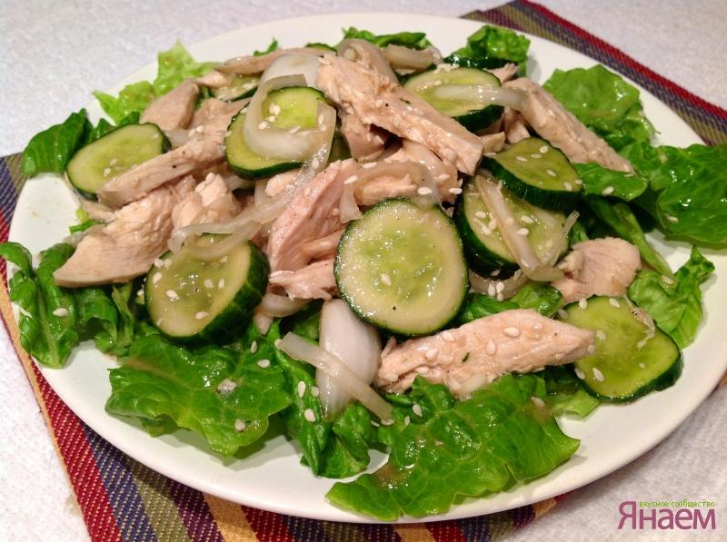 салат с куриной грудкой и капустой огурцом и